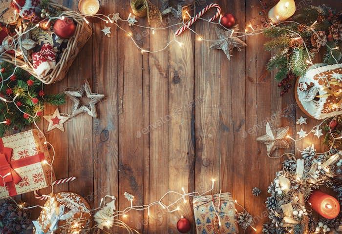 Рождественские подарочные коробки на деревянном столе