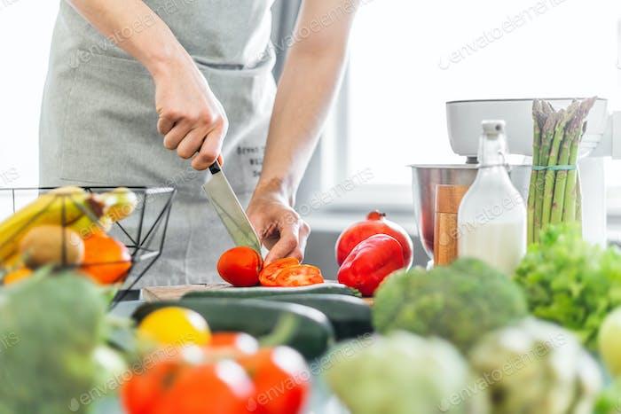 Junger Mann Koch Kochen gesunden Salat
