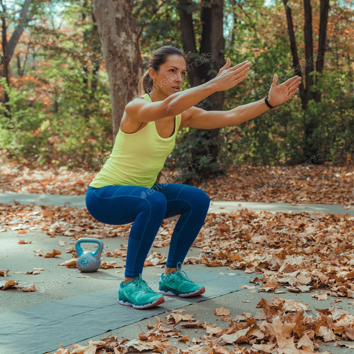 Frauen, die im Freien trainieren, Park, Natur, Intervalltraining mit hoher Intensität