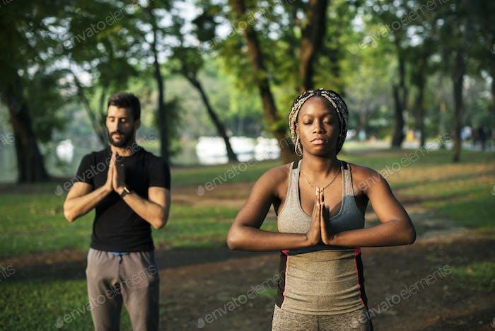 Gente yoga en un Parque