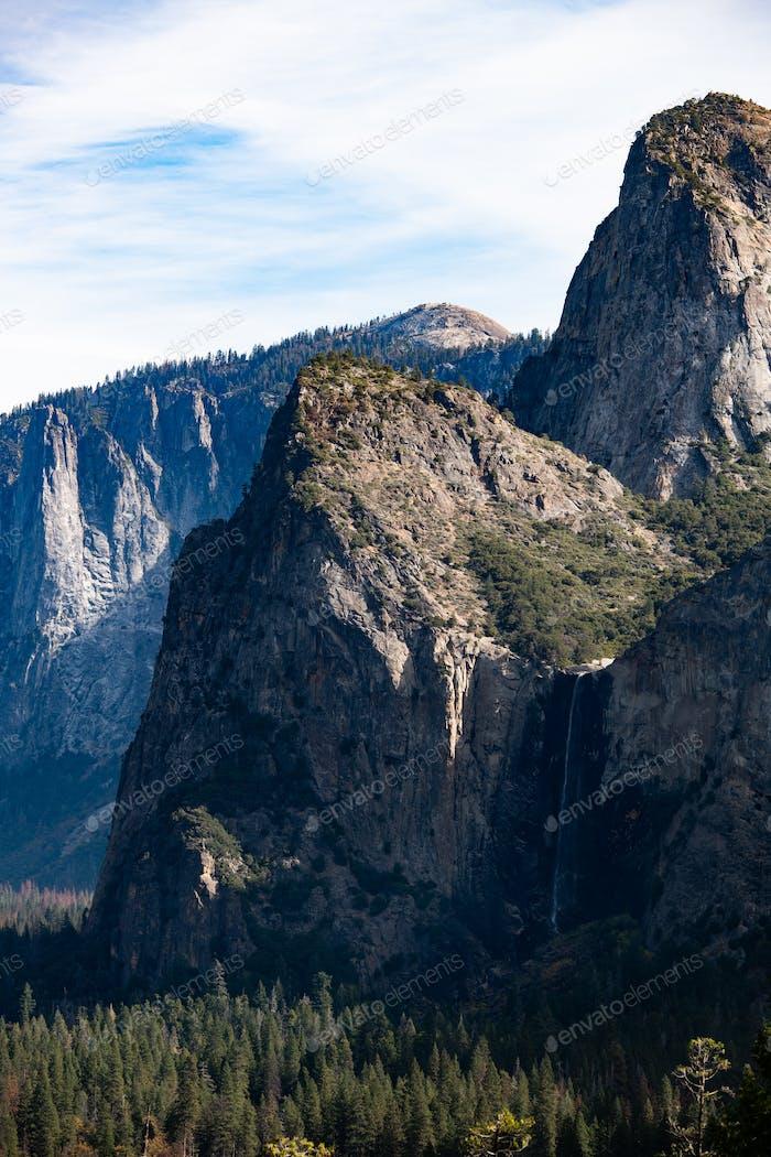 Blick auf das Yosemite Valley vom Inspiration Point mit Bridal Falls