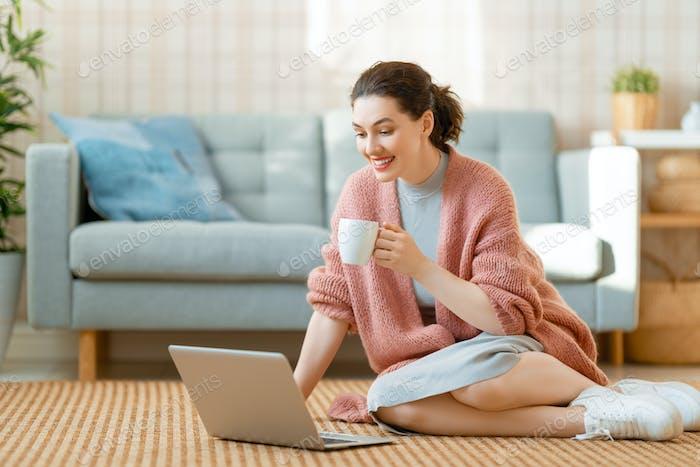 Mujer Trabajo en un Ordenador portátil