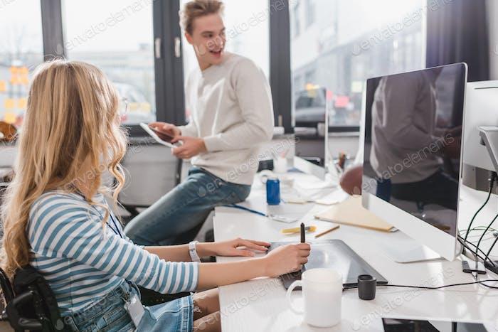 mujer usando la tableta Gráficos en la oficina moderna