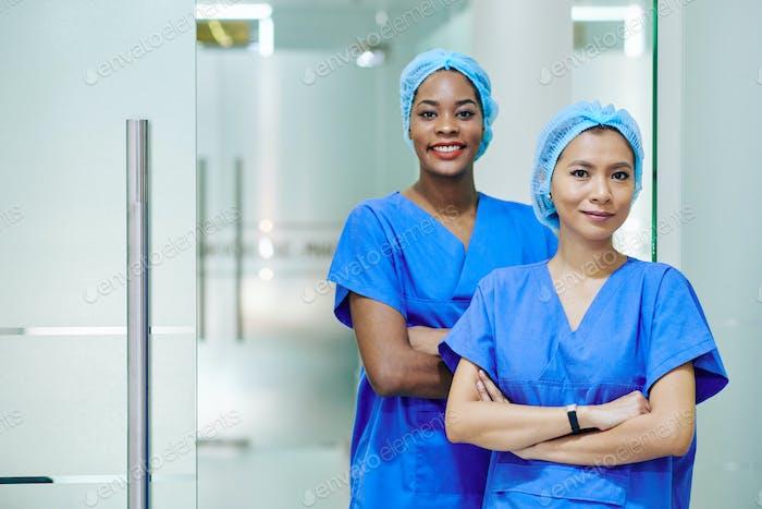 Enfermeras médicas muy multiétnicas