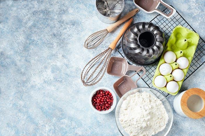 Backzutaten und Utensilien, Mehl, Eier, Backform