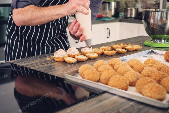 Chefkoch backen Süßigkeiten auf einer modernen Küche
