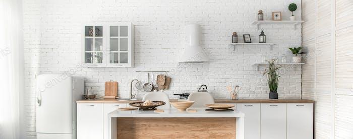 Moderno interior de cocina escandinava elegante con accesorios de cocina.
