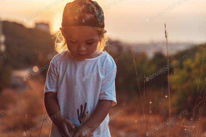 Niedlicher kleiner Junge auf dem Spaziergang