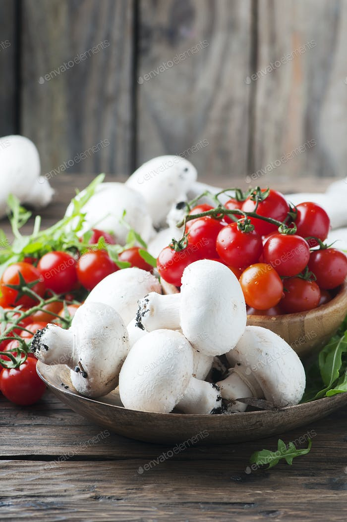 Konzept der gesunden Ernährung mit Tomaten und Champignon