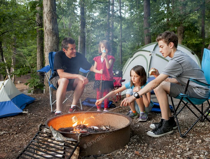 Vater Camping mit Kindern