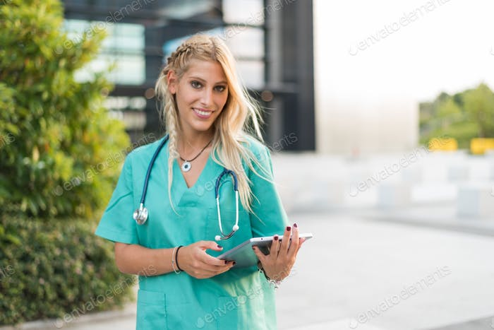Ärztin, Krankenschwester oder Tierarzt im Freien lächelnd Blick auf die Kamera isoliert Porträt Nahaufnahme