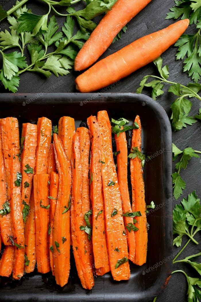 Geröstete Karotten mit grünen Kräutern