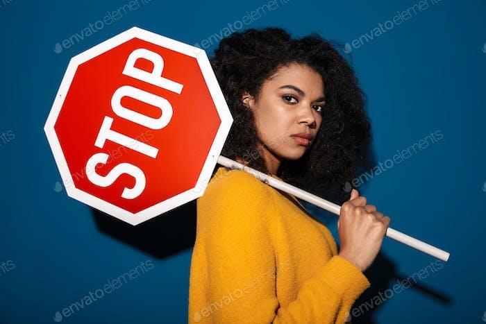 Unzufriedener afrikanischer Frau hält Stopp-Symbol Zeichen.