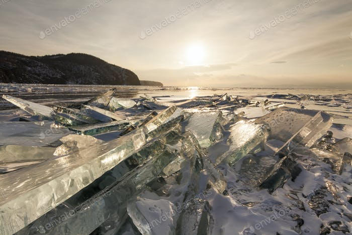 Cracked transparentes Eis auf dem Baikalsee