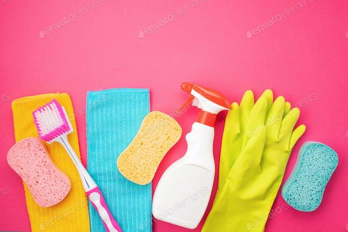 Detergentes y accesorios de limpieza en color pastel