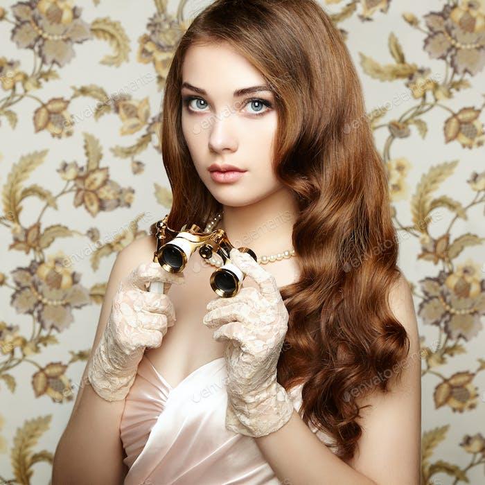 Портрет молодой женщины с биноклем. Портрет моды