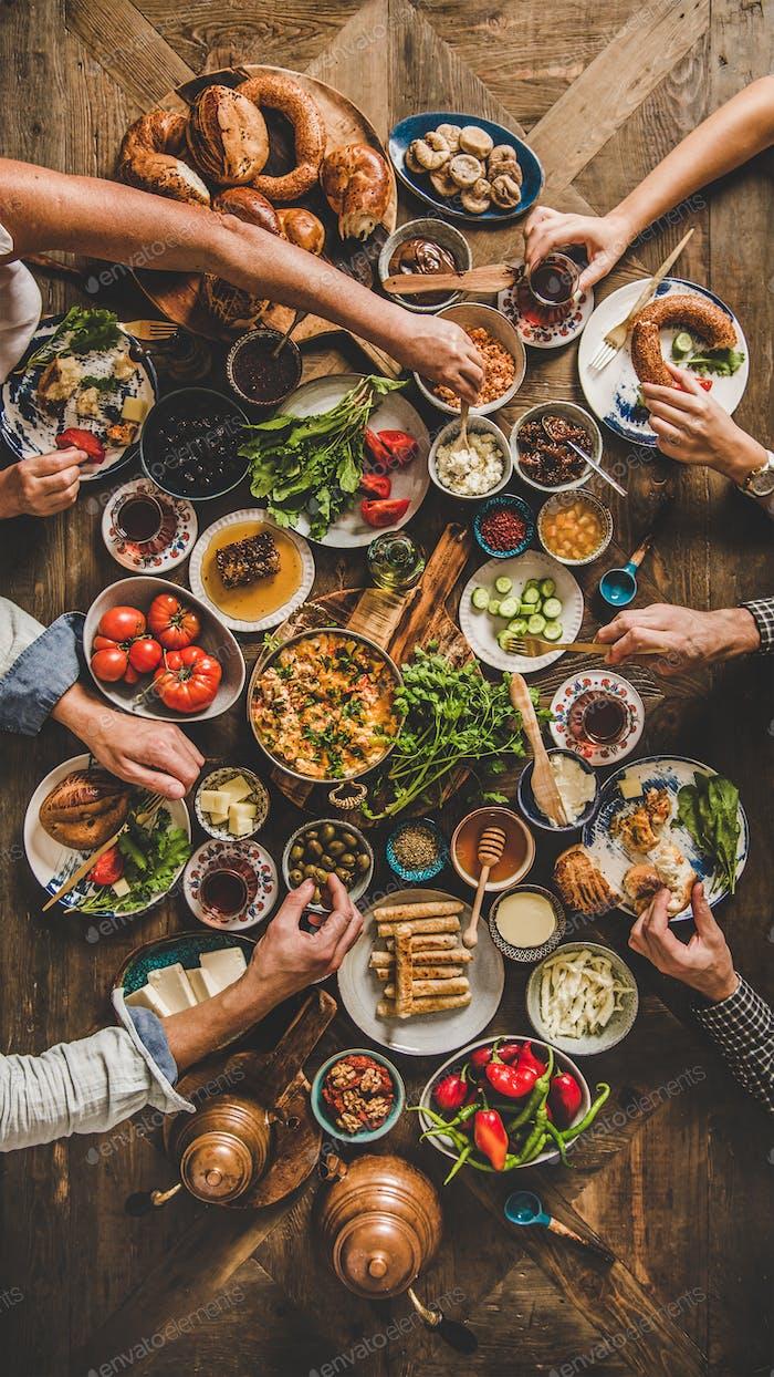 Flat-Lay der türkischen Familie Essen traditionelles nahöstliches Frühstück