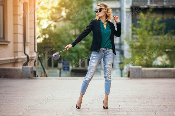 mujer atractiva en la moda de estilo de calle