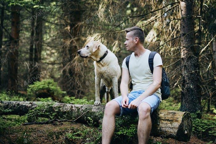 Turista con perro en el Bosque