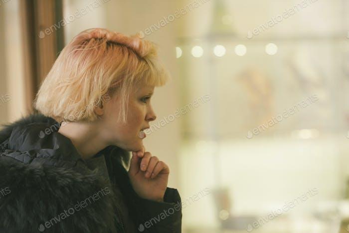 Fröhliche junge Modell winter Kleidung halten Handy außerhalb bewölkten Tag blonde schöne Frau