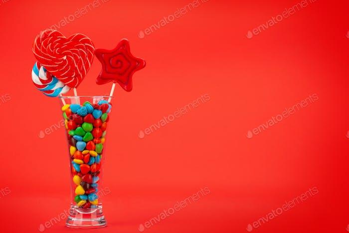 Verschiedene Süßigkeiten im Cocktailglas
