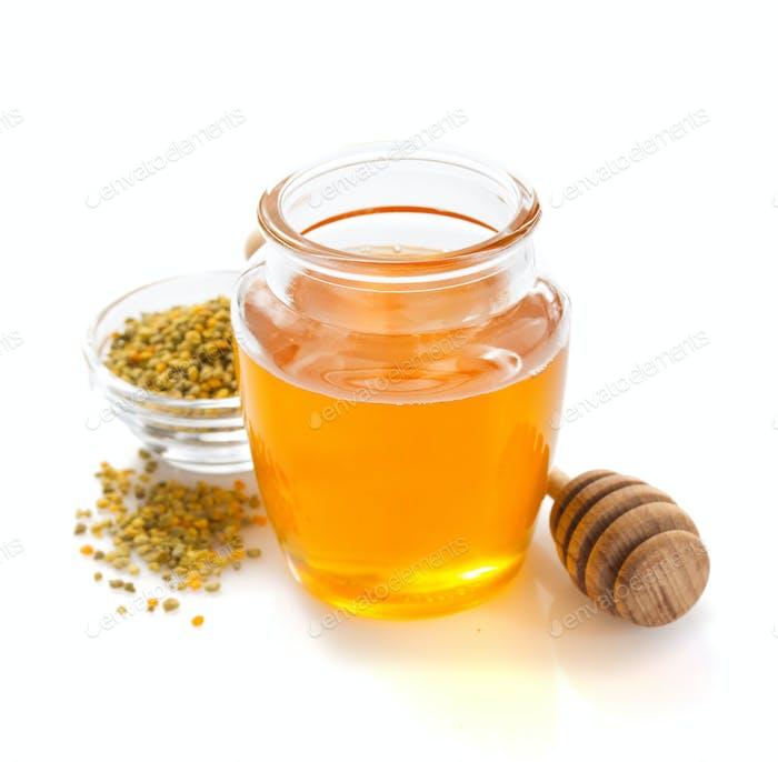 Glas Honig und Bienenpollen auf weißem Hintergrund