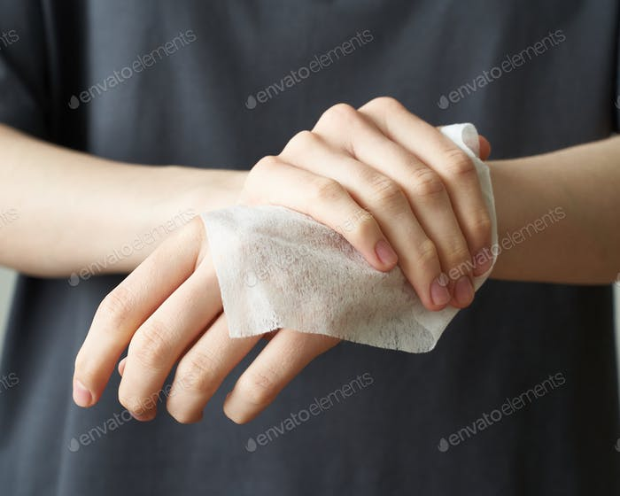 Frau waschen Hand Feuchttücher, um Krankheit zu verhindern Novel coronavirus (2019-nCov) nach öffentlichen Platz