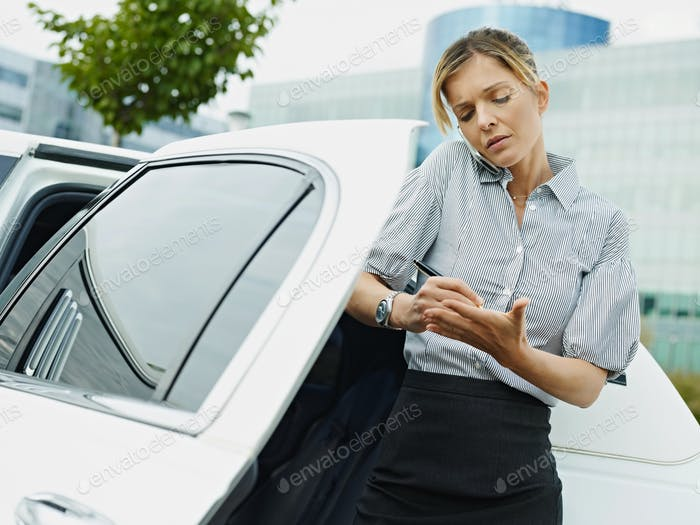 Geschäftsfrau Arbeiten Im Auto