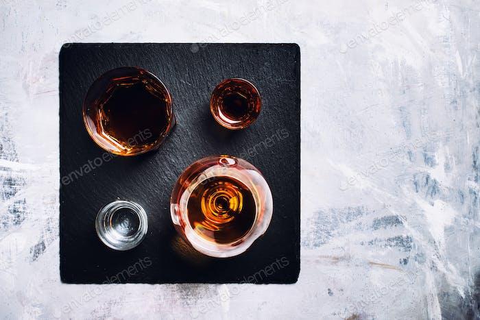 Auswahl an starken Getränken in Gläsern