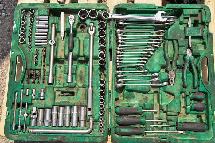 una gran cantidad de instrumentos viejos en la caja de herramientas