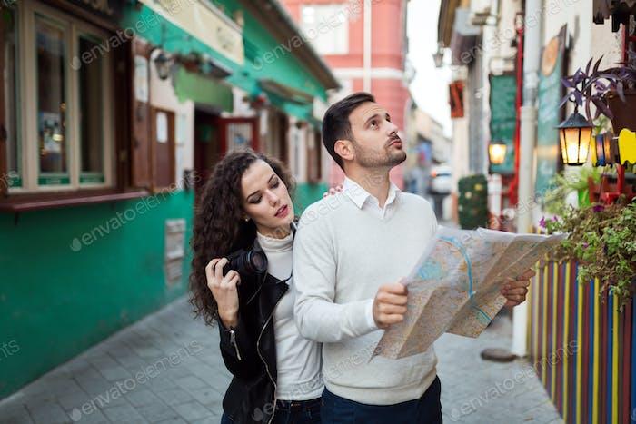Touristenpaar suchen nach Ziel