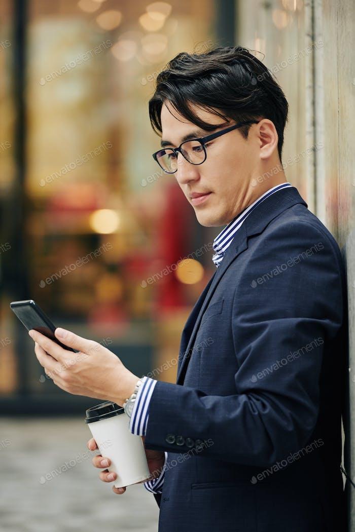 Empresario comprobando la aplicación móvil