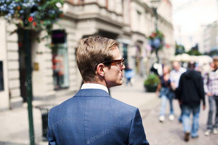 Бизнесмен гуляет по городской улице