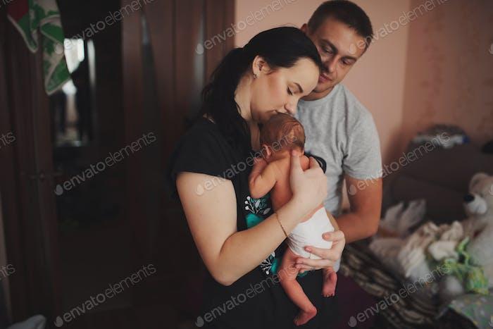 Mutter und Vater mit neugeborenem Baby