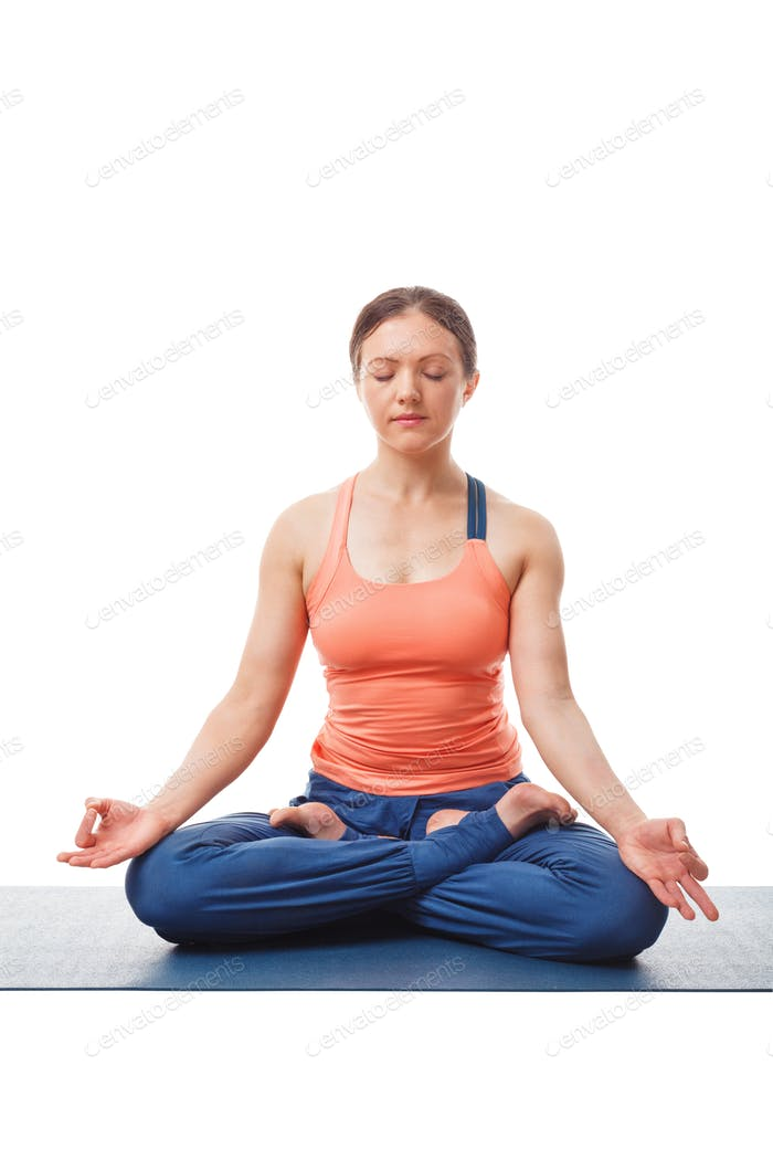 Frau meditiert in Yoga Asana Padmasana Lotus Pose