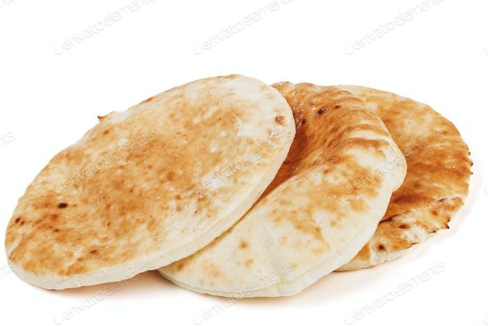 Traditionelle Pita auf Weiß