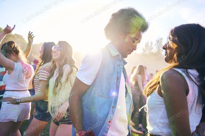 Begeisterte Menge Tanz auf dem Musikfestival