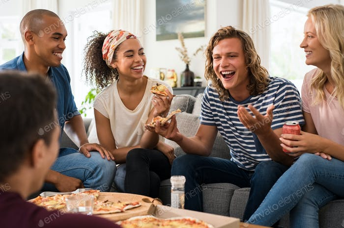 Freunde genießen Pizza-Party