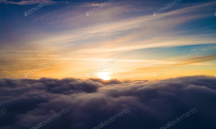 Vista aérea soleada mística nubes de invierno gris