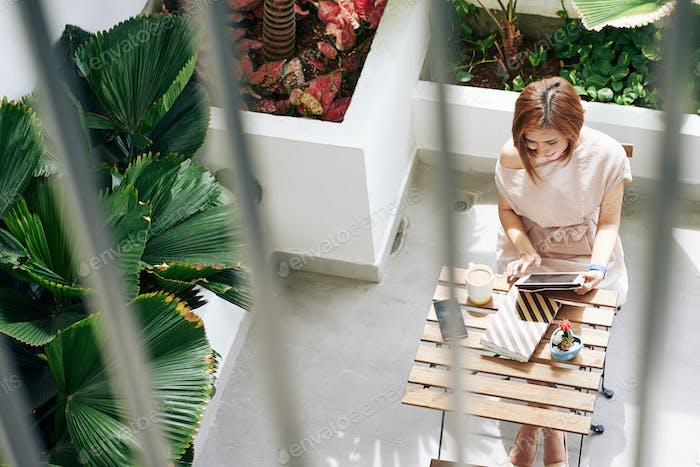 Frau verbringt Morgen im Café