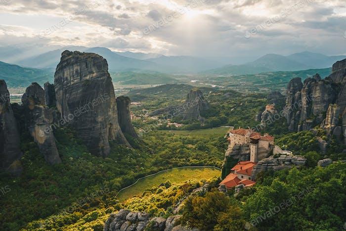 Meteora, Griechenland. Das Holly Kloster von Rousanou auf dem Hintergrund.