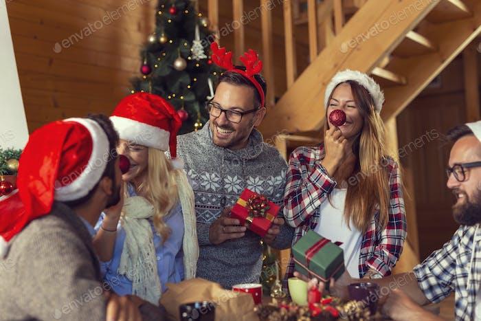 Amigos intercambiando regalos de Navidad