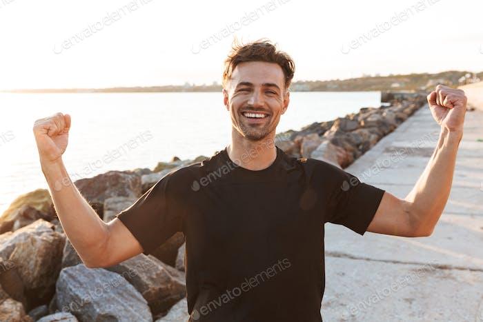Porträt eines fröhlichen Sportlers feiert Erfolg