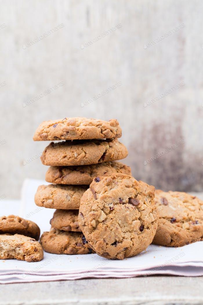 Schokolade Haferflocken Cookies auf dem hölzernen Hintergrund.