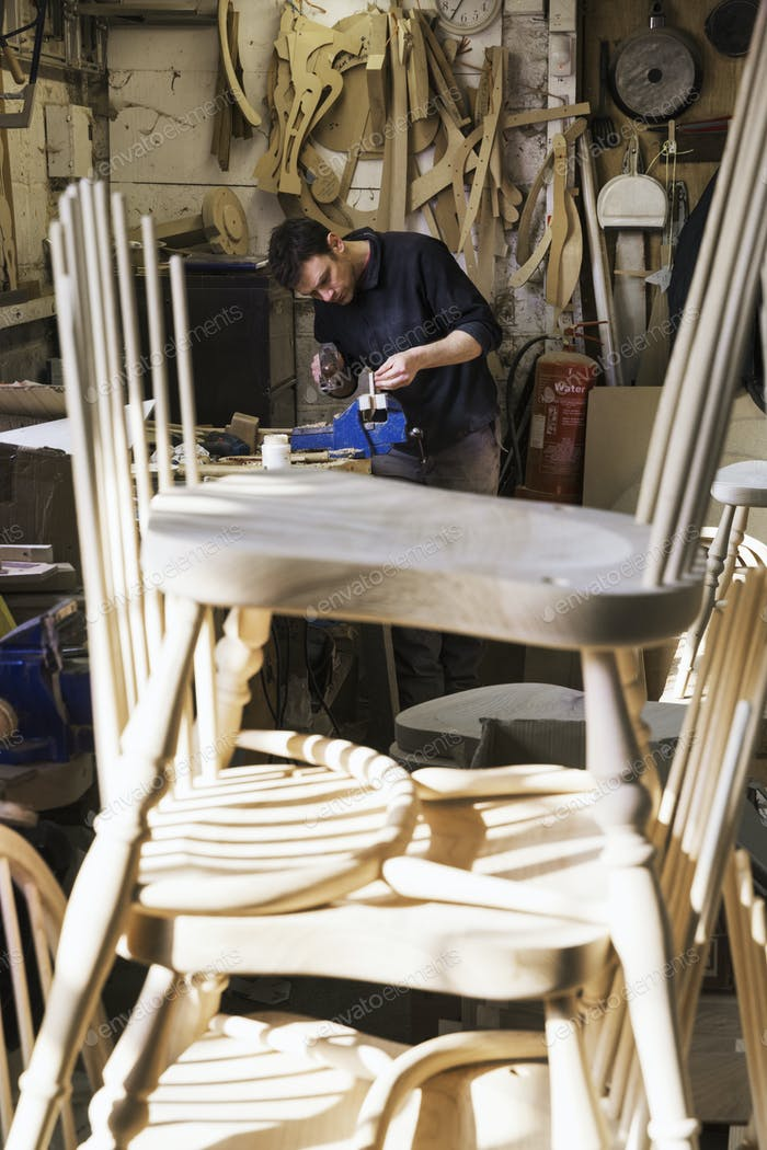 Hombre haciendo sillas
