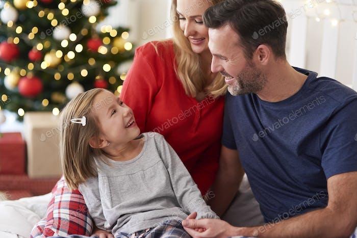 Glückliches Mädchen mit Familie in der Weihnachtszeit