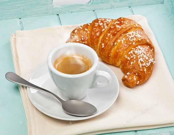 Espresso Kaffee mit Croissant