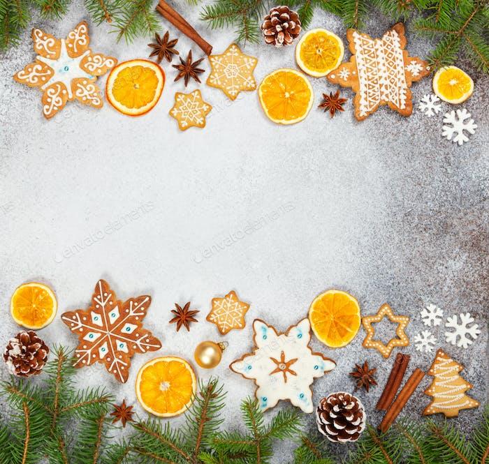 Weihnachten Ingwerplätzchen in Form Schneeflocken, getrocknete Orange, Sternanis und Tannenkegel