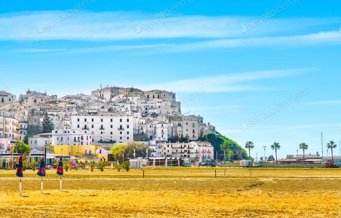 Rodi Garganico Dorf und Strand, Gargano Halbinsel, Apulien, Italien.