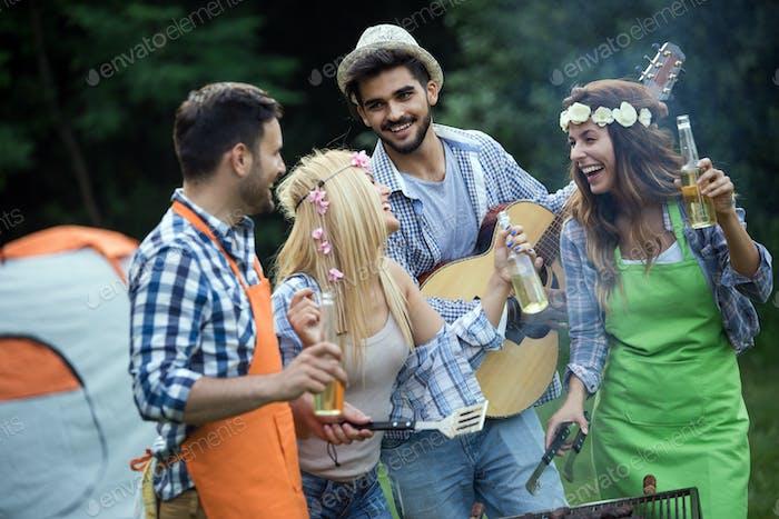 Gruppe von glücklichen Freunden, die im Freien Grill zusammen lachen